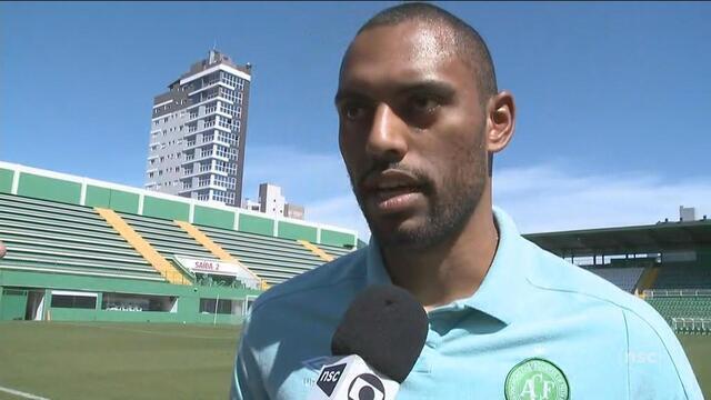 Douglas projeta desafio e destaca 'jogo de inteligência' contra o Corinthians na quarta