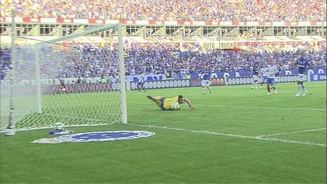 Gilberto avança com a bola e chuta a direita de Fábio, aos 41' do 1ºT