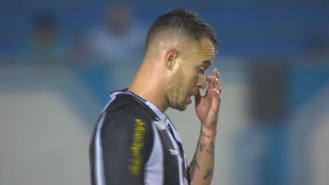 Gustavo Ferrareis bate de primeira, mas por cima do gol, aos 39 do 2º tempo