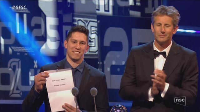 Courtois recebe prêmio de melhor goleiro das mãos de Follmann