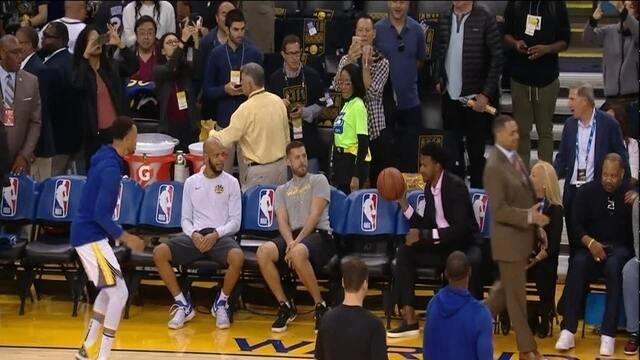 Curry brinca com Leandrinho no aquecimento antes do jogo entre Warriors x Thunder