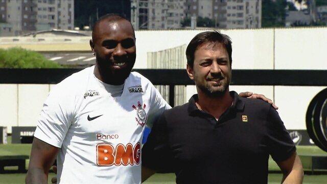 Corinthians apresenta zagueiro Manoel, e deixa Romero de fora da lista do Campeonato Paulista