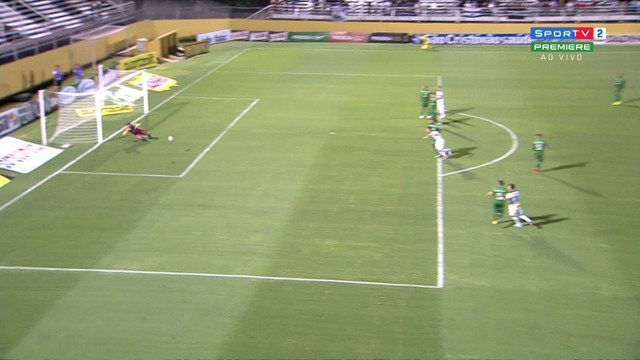 Magno, do Bragantino, chuta de fora da área e leva perigo ao gol do Guarani