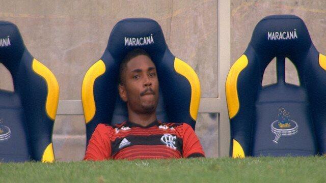 Vitinho é substituído, recebe vaia da torcida e fica pensativo no banco do Flamengo