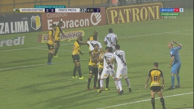 Após chute de Tiago Real, defesa trava e a bola vai para escanteio, aos 9' do 1ºT