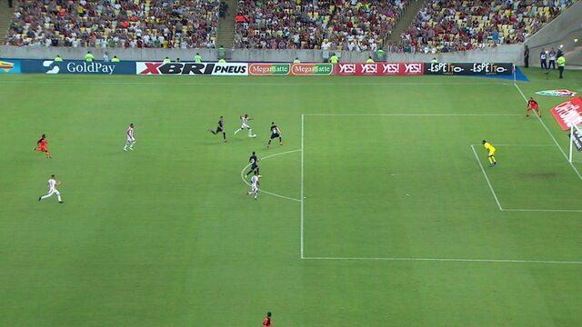 No contra-ataque, Robinho chuta e a bola desvia em Caio Henrique, aos 32' do 1ºT
