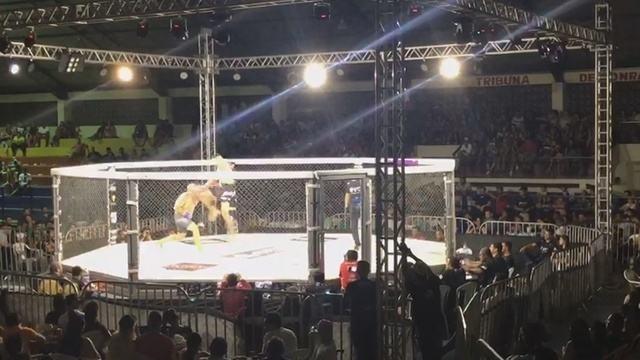 Conhecido como Marreta, lutador vence por nocaute com joelhada voadora e apaga adversário