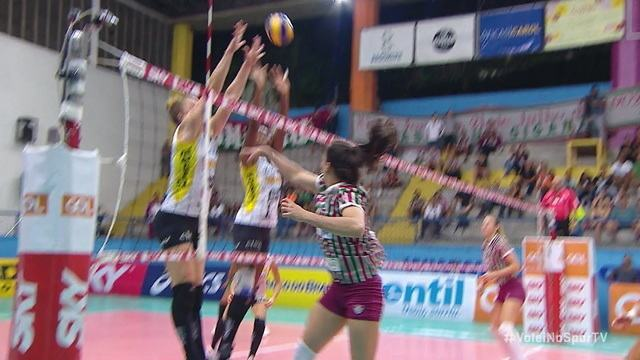 10/07 no segundo set: Thaisinha faz lindo ponto com um soquinho