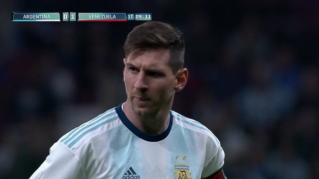Messi tentou de falta, mas a bola bateu na barreira e foi para fora, aos 9' do 1ºT