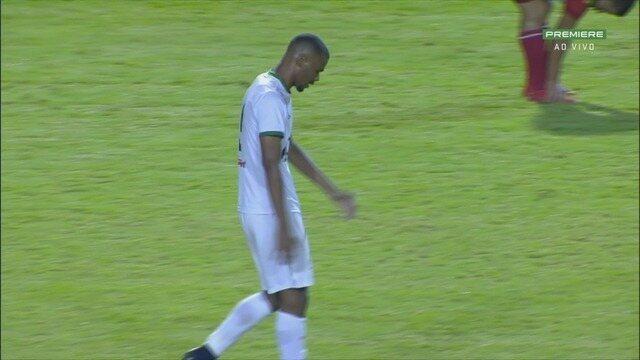 Gustavo é lançado, fica cara a cara com o goleiro, mas perde a chance para o Boa.