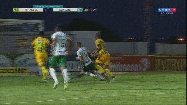 Matheus Aurélio sai bem do gol e Rondinelly erra em seguida, aos 39 minutos do 2º tempo