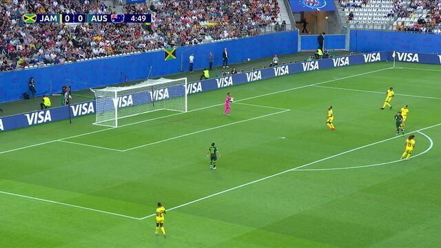 Austrália cruza da direita para o centro da área, mas McClure encaixa com firmeza, aos 05' do 1ºtempo