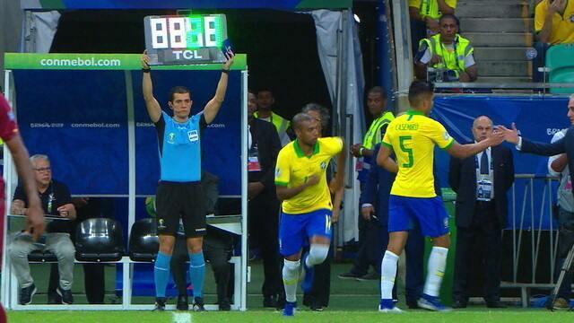 """Galvão estranha entrada de Fernandinho no lugar de Casemiro: """"Hã?!"""""""