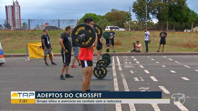 Grupo de adeptos do crossfit praticam atividade no Bosque da Cidade