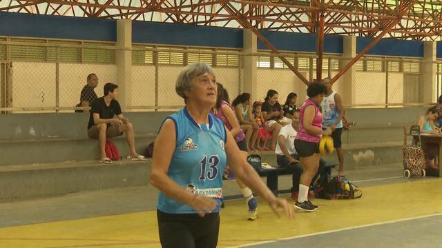 Atleta comemora 72 anos jogando vôlei, esporte que pratica há mais de cinco décadas