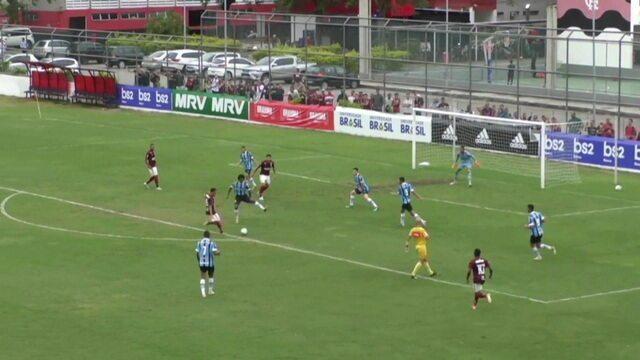 Luiz Henrique recebe e bate cruzado, e bola passa perto do gol, aos 28' do 1º Tempo