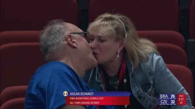 """Oscar Schmidt aparece na """"Câmera do beijo"""" durante jogo de basquete entre Brasil e República Tcheca"""
