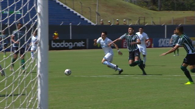 Anderson Leite rouba a bola, chuta desequilibrado e manda para fora, aos 2 do 1º tempo
