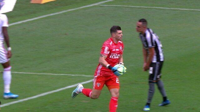 Bochecha sai na cara do gol e finaliza, mas Volpi defende. Volante recebe de novo na área e goleiro segura mais uma, aos 21' do 1º tempo