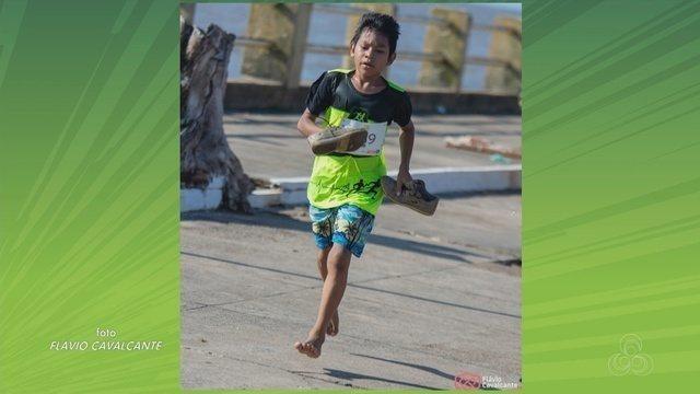 Viraliza foto de menino que vai em corrida de rua descalço e segurando tênis sem sola