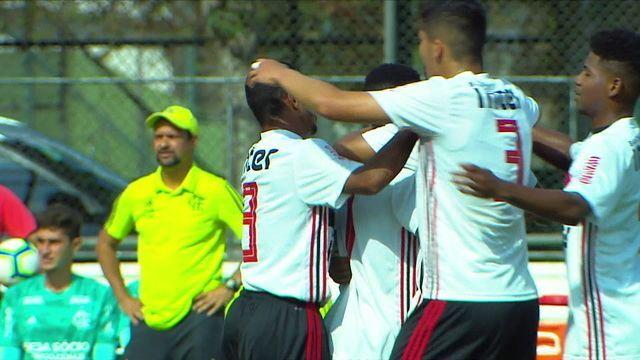 Gol do São Paulo! Depois de contra-ataque perfeito, Fabinho toca para Vitinho que marca, aos 5 do 1º tempo