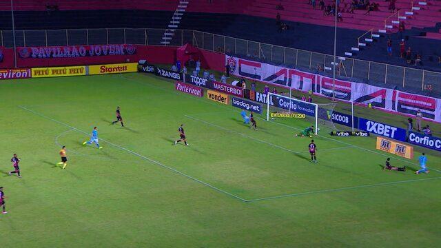 Moccelin dispara pela direita e chuta com perigo para o gol aos 26 minutos