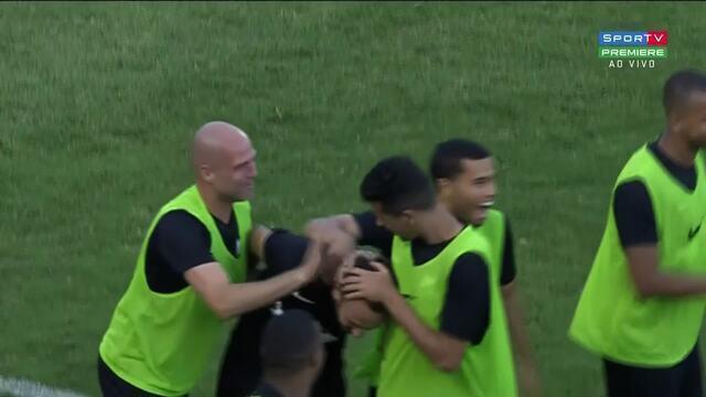 Gol de Thiago Ribeiro. Atacante pega rebote de Ivan e empata o jogo