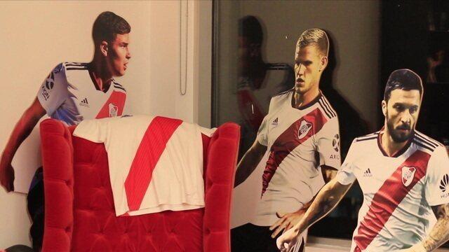 Torcedor fanático do River Plate transforma apartamento com bonecos em tamanho real de 21 jogadores do time