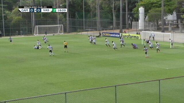 Guilherme Castilho bate falta direto para o gol, e obriga o goleiro do Vasco a fazer o corte de soco aos 18 do 1º tempo