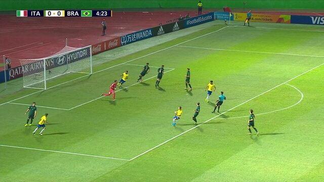 Pedro Lucas recebe bom passe de Kaio Jorge, invade a área e manda bomba para o goleiro defender, aos 4 do 1º tempo