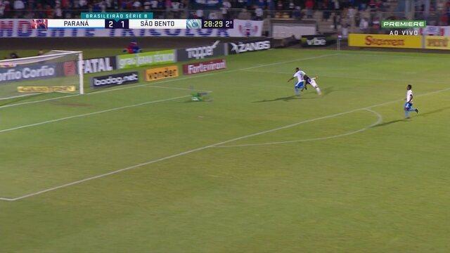 Bruno Rodrigues sai na cara de Henal, mas bate em cima do goleiro