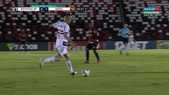 Aos 29' do 1T Marlon Freitas chuta com perigo e Luan salva o Sport