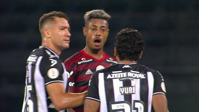 "Bruno Henrique discute com Yuri e pergunta a botafoguense: ""Jogou aonde?"""