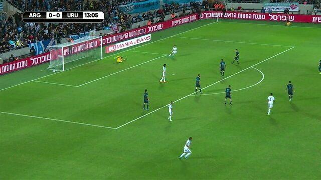 Vecino recebe a bola na entrada da área argentina , mas bate fraco, aos 13' do 1º tempo