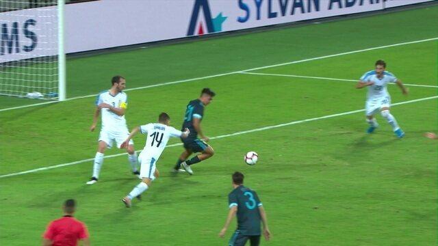 Não valeu! Dybala fura, a bola bate na mão e sobra para ele mandar para o gol, mas a arbitragem marca falta, aos 37' do 1º tempo