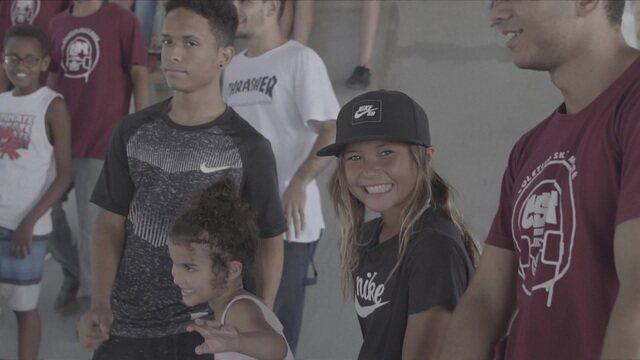 Sky Brown visita comunidade da Maré e doa prêmio conquistado no Rio