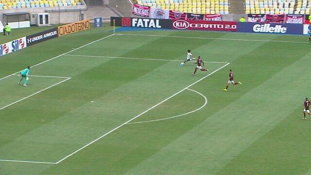 Gabriel Silva chuta cruzado e Bernardo defende, aos 16' do 1º tempo