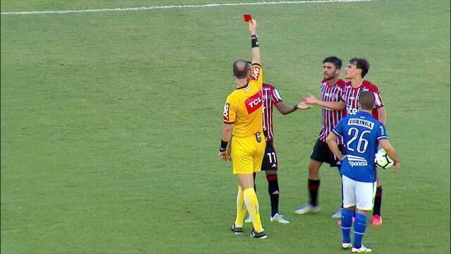 Helinho recebe segundo amarelo por falta em Jarro Pedroso e é expulso aos 2' do 2º tempo