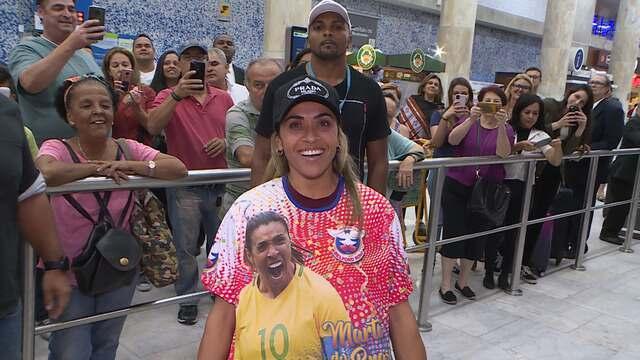 Marta é recebida com escola de samba no aeroporto