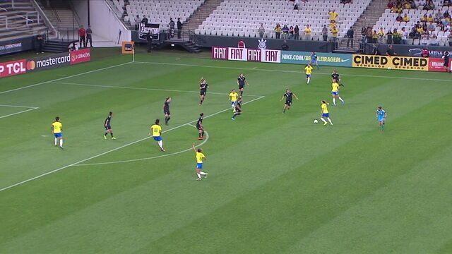 Andressinha arrisca o primeiro chute a gol, com 1' do 1º tempo