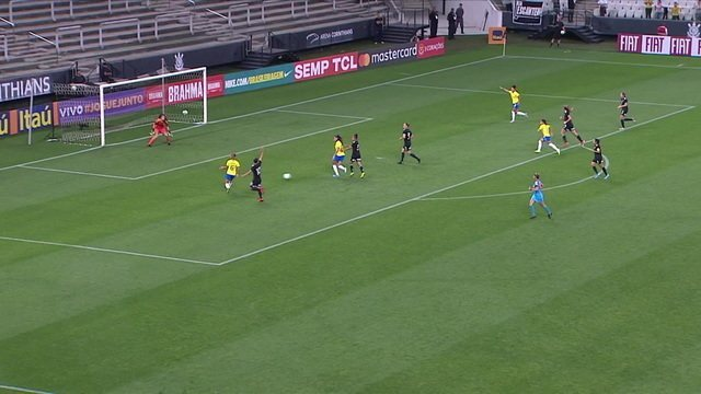 Bia finaliza para dentro do gol, mas assistente marca impedimento de Tamires, aos 11' do 1º tempo