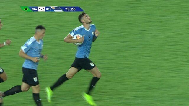 Gol do Uruguai! Ivan sai mal em cobrança de escanteio e Bueno sobe bem para diminuir, aos 34' do 2º tempo