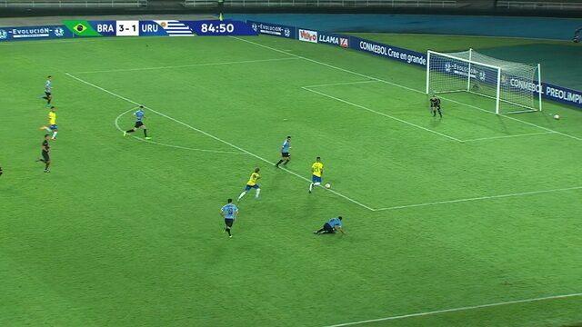 Bruno Tabata deixa marcador para trás e arrisca, mas a bola sai à direita do gol, aos 39' do 2º tempo