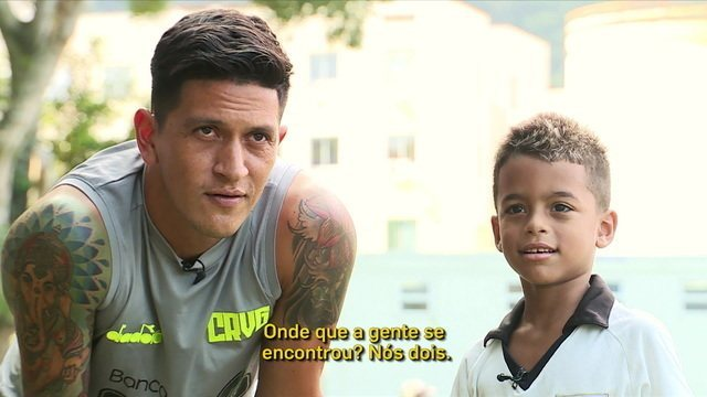 Enzo, o pequeno torcedor do Vasco, tem encontro emocionante com o atacante Germán Cano
