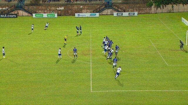 Após cobrança de falta no ângulo, goleiro desvia para defender, a 1' do 1º Tempo