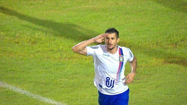 Gol do São Caetano! Bruno Moraes finaliza e conta com desvio para abrir o placar, aos 7' do 1º Tempo