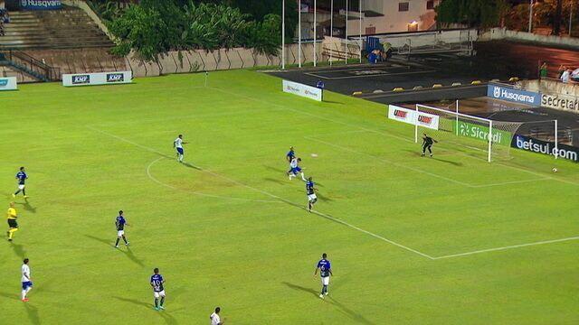 Jean Dias cruza para Bruno Moraes cabecear com perigo, mas Lucas defende, aos 13' do 1º Tempo