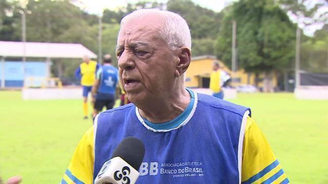Aos 80 anos, Seu Silvado continua jogando futebol e acumula admiradores