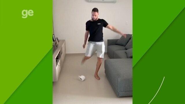 """Capitão da seleção de futsal, Rodrigo segue Felipe Melo em """"carrinho"""" contra coronavírus"""