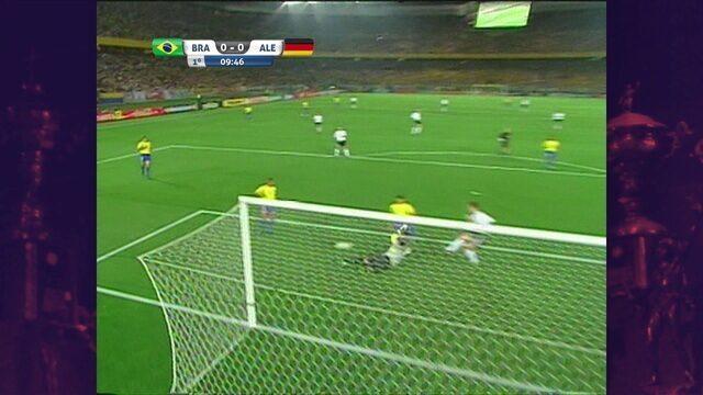 Alemanha chega com perigo pela direita, mas Edmílson consegue cortar o perigo, aos 9' do 1ºT